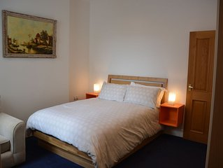 Cardiff 2Bed with SofaBed in beautiful Penarth. Easy parking. Freeview HD TV.