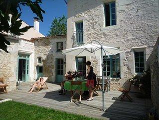 Grande maison de bourg de charme (XVI°) jardin privatif