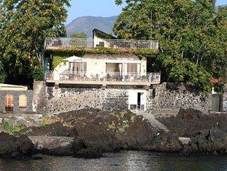 La  casa di Maria  con terrazza sulla scogliera del mare di Sicilia
