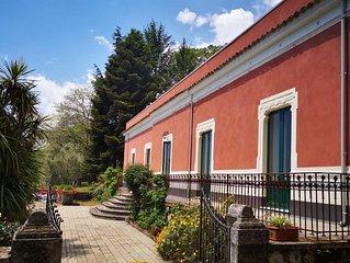 Tipica villa nel parco dell'Etna circondata dalla natura e da alberi secolari