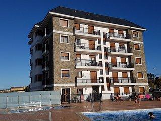 Apartamento con vistas al mar, con piscina y parking privado