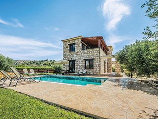 Hillside villa surrounded by beautiful gardens, with pool and Wi-Fi, ideal for u