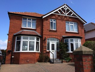 Family/pet friendly, 6 bed/6 bath with sea views, garden, parking, Sky in Whitby