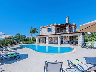 Large villa close to amenities w/ pool, PlayStation 3, free Wi-Fi & A/C