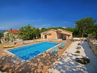 Romantic private pool villa, 3 minutes from the beach, stunning sea view