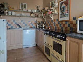 Spacious  Victorian townhouse, close to beach , shops and harbour
