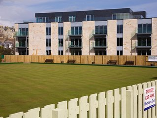 Luxury apartment (sleeps 4) in the heart of St Andrews with private parking