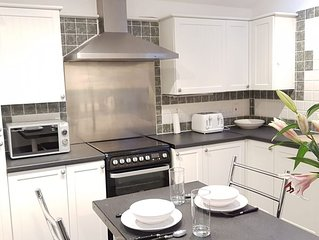 Lovely spacious apartment with 5 large bedrooms, 2 bathrooms and parking