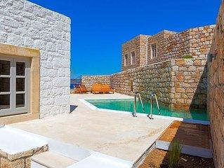 2 bedroom Villa, sleeps 4 with Pool and FREE WiFi