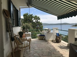 Seaside house for 4-5 persons with privet jetty 35 minuts from Split Airport.