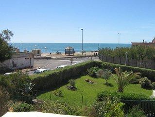 Appartement spacieux avec grande terrasse, en front de Mer a 50 m de la Plage