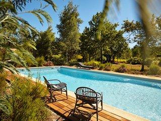Maison avec jardin et piscine.