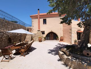 A villa with private pool, located in a mountain settlement, ideal for hikers