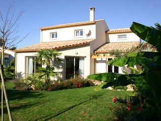 Villa met mooie tuin rondom , rustig gelegen, met zwembad en dichtbij het strand