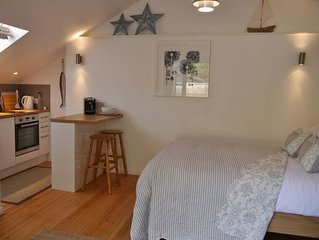 Contemporary Open Plan  Studio, Sleeps 2, Close to the Water and Coast Path