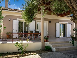 Villa Stella, 2bedrooms, WiFi, near the sea, a/c, quiet place but central.