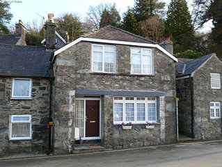 Generous cottage 2 minutes' walk from centre of attractive Dolgellau, a Snowdoni