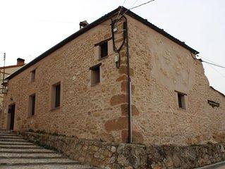 Casa rural en Cabañas de Polendos con patio y barbacoa