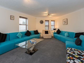 5 Bed 4 bath WiFi sleeps 16,  Parking, Dining for 16,  Sea 5 mins