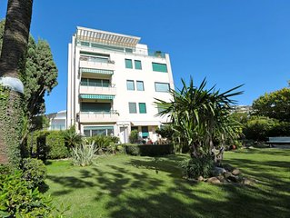 3 bedroom Apartment, sleeps 6 with Air Con, FREE WiFi and Walk to Beach & Shops