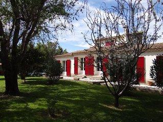 ALPILLES - Villa tout confort avec piscine (village de Fontvieille 13990)