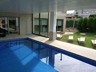 Vivienda de diseño con piscina.