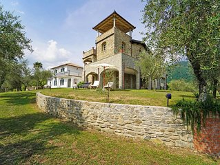 VILLA ANGELA 8+4 Pax with Park, free WiFi, BBQ between Castles and Cinque Terre