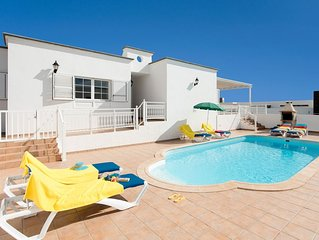 Villa Gaida: Large Heated Private Pool, Walk to Beach, A/C, WiFi, Car Not Requir