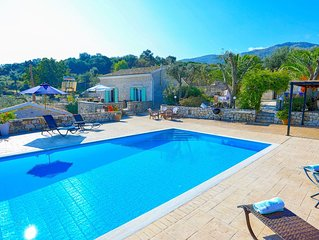 Helona: Villa Estate, heated pool, stunning views, A/C