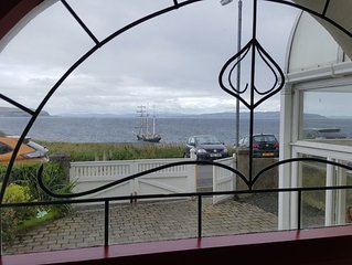 6 person house, panoramic sea views - central & quiet location with car parking