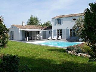 Jolie villa avec piscine chauffee, jardin arbore proche plage et commerces