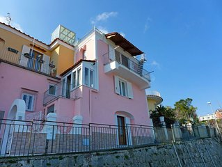2 bedroom Villa, sleeps 4 with FREE WiFi and Walk to Shops