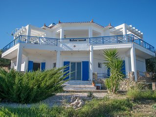 Large villa in a peaceful and private setting. For up to 6 people.