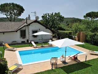 5 bedroom Villa, sleeps 10 with Pool and FREE WiFi
