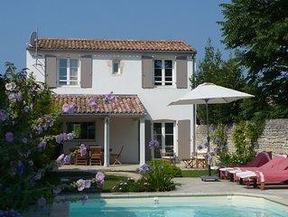 Maison de charme récente avec jardin paysagé et piscine chauffable