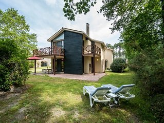 This detached villa is beautifully and quietly situated on the edge of the park.