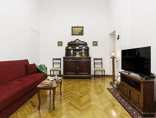 Spazioso Appartamento in Stile Liberty nel Cuore di Chiaia