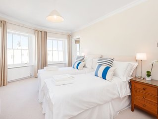 Spacious, 3 bed property in a central grade 1 listed location with sea view