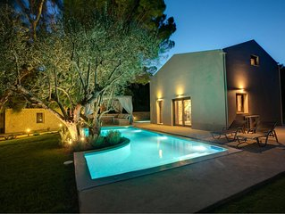 One bedroom Villa, sleeps 2 with Pool, Air Con and FREE WiFi
