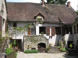 Charming village house for with pool set around the vineyards, close to Beaune