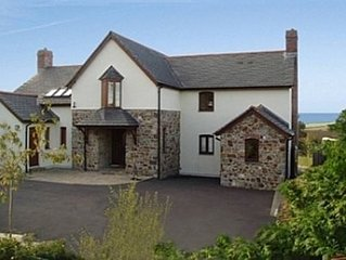 Spacious 5-Star Holiday Home: Private Hot-tub, Pool, Wood-burner & Tennis Court