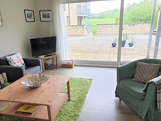 Light, bright apartment by Holyrood Royal Park, with stunning views and parking