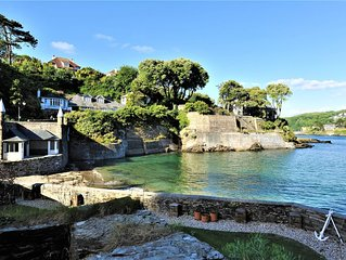 Seaweed Cottage in Fowey overlooking the beach with a garden and a parking space