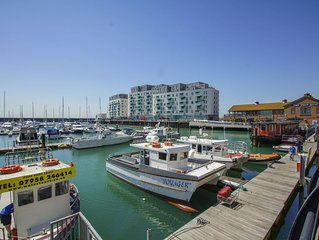 Marina Apartment: 3 bedroom, sleeps 10, sea view, parking, WiFi