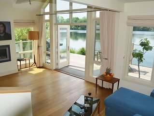 Stunning New England style lakeside retreat in the Cotswold Water Park with hot