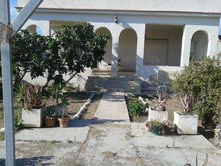 Monolocale con ampia veranda e giardino a due passi dal mare