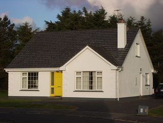 Roomy cottage, a stroll to the centre of Louisburgh, Co. Mayo, WiFi