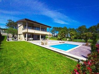 Amplia, lujosa y confortable Villa. Situada en la playa de Montalvo.