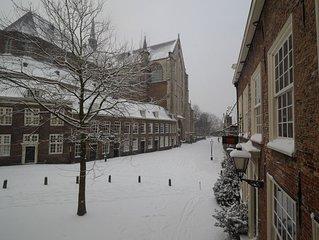 Ruime monumentale woning met tuin in de historische binnenstad van Leiden.