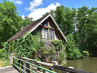 Peaceful Holiday Home in Burgundy, next to River